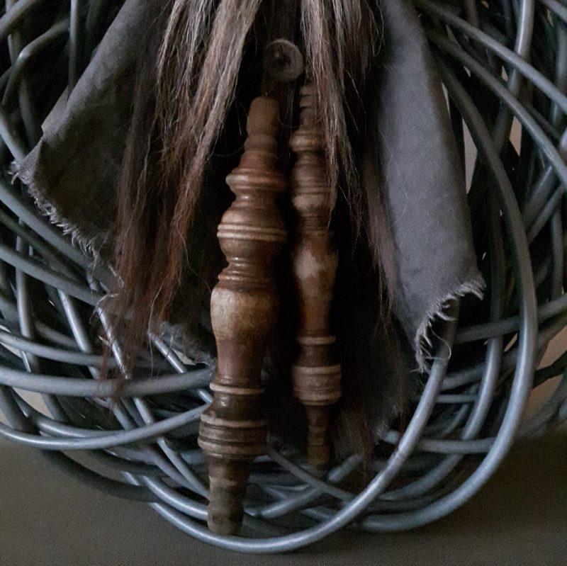 Toef met wolpluim en antieke houten klossen shabby linnen doek RMV Tactiles