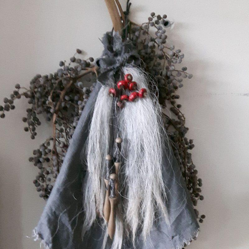 Toef met wolpluim en houten klossen shabby linnen doek RMV Tactiles