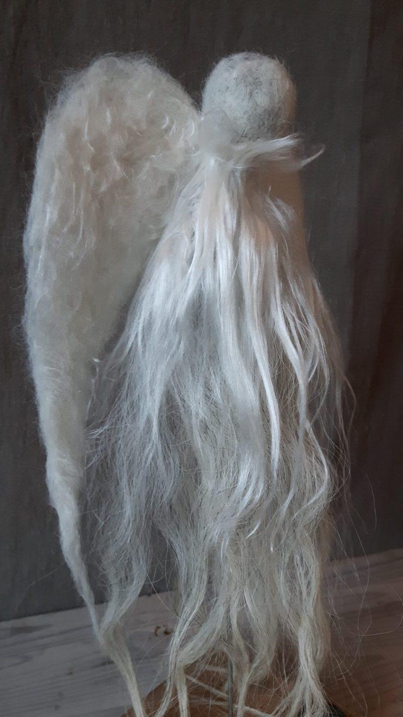 Witte wollen engel met zijde RMV Tactiles stoer en sober