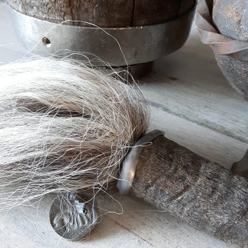 Kleine geitenhoorn metalen rand grijze wolpluim RMV Tactiles