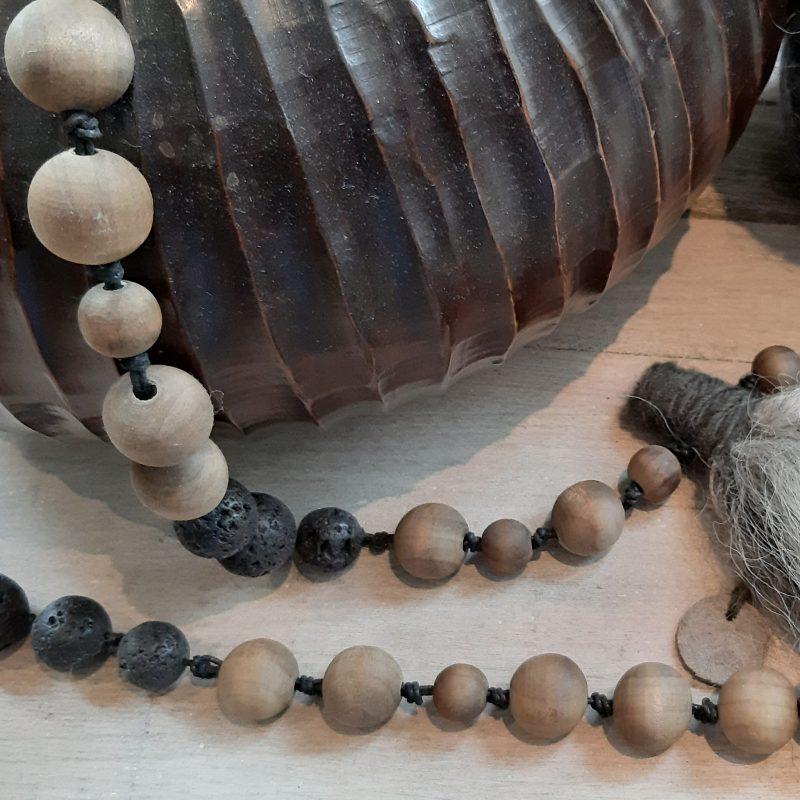 Woonketting houten vergrijsde en lavastenen kralen RMV Tactiles