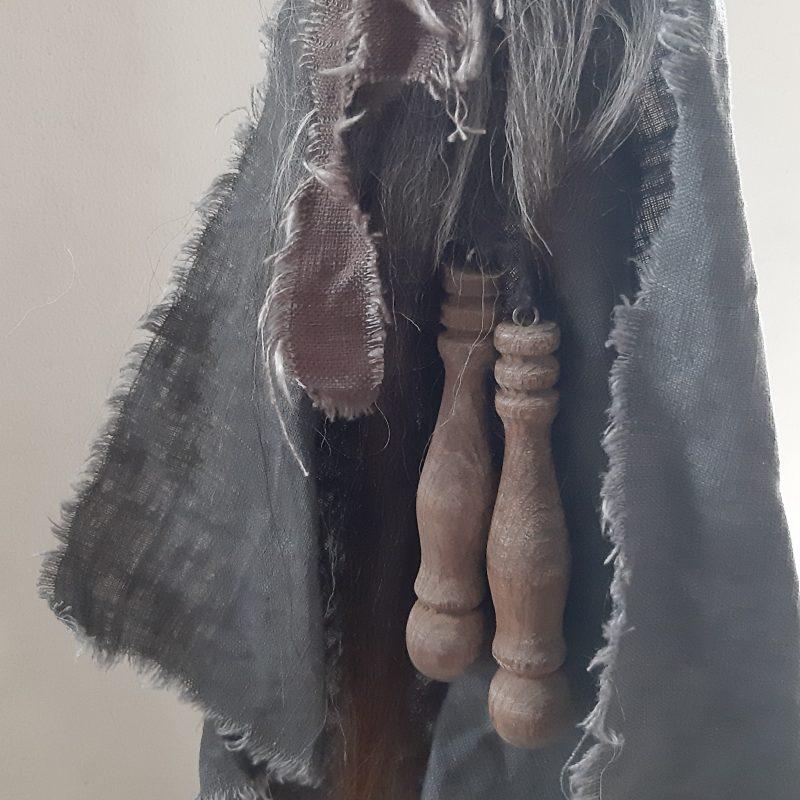 Toef met wolpluim, grijze linnen doek en houten klosjes RMV Tactiles