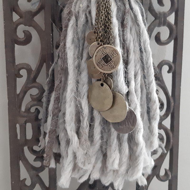 Mooie grijze kastenkwast van wol met verschillende muntjes RMV Tactiles