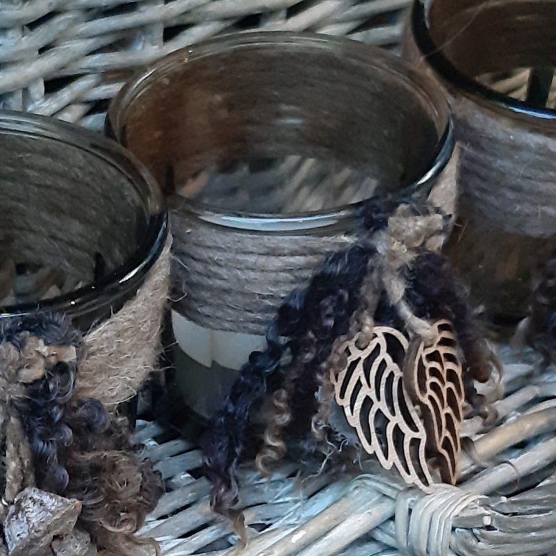 Waxinelichthouder rookglas met bruine wollen rand, engelenvleugels en krulletjes - RMV Tactiles