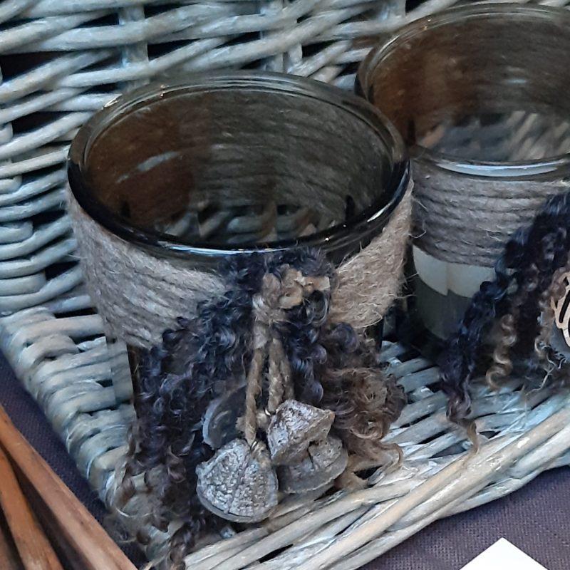 Waxinelichthouder rookglas met bruine wollen rand, eucalyptus en krulletjes - RMV Tactiles