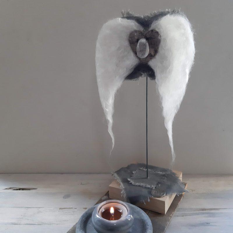 Engelenvleugels wit met bergkristal op voetstuk - RMV Tactiles