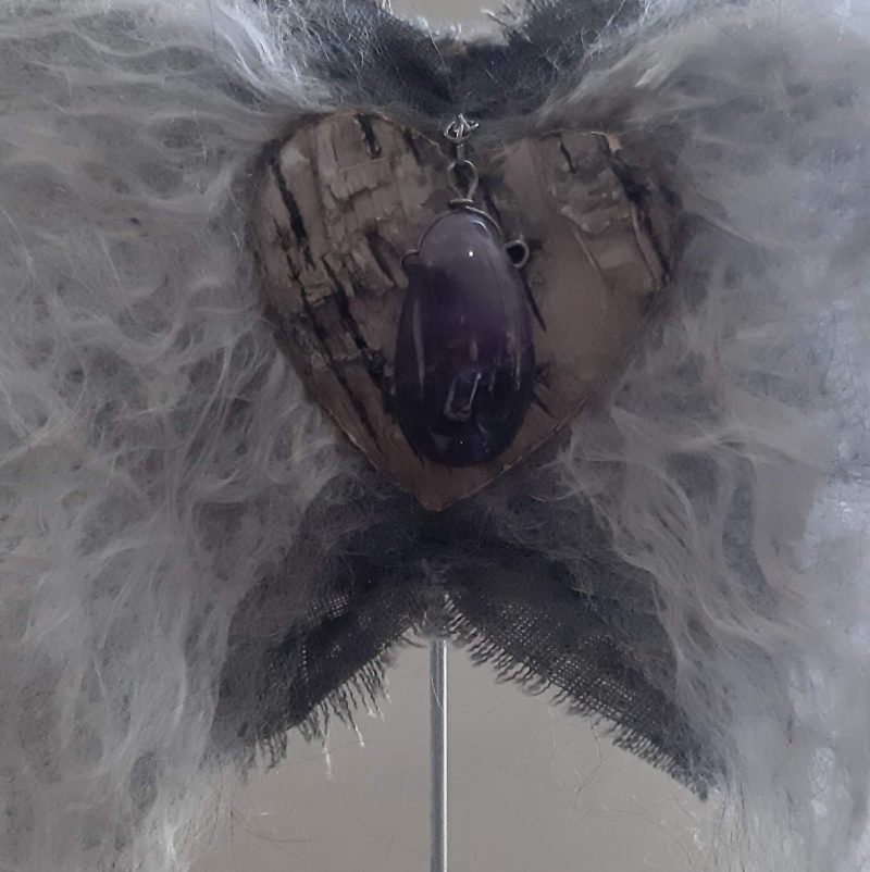 Engelenvleugels wit met Ametist op voetstuk - RMV Tactiles